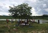 Bàng hoàng phát hiện thi thể người phụ nữ đang phân hủy trên sông