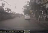 Hà Nội: Lái xe máy bóp cứng phanh, hút chết trước đầu ô tô