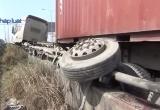 TP HCM: Xe container mất lái, tài xế đạp cửa thoát thân
