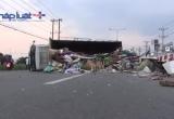Bình Dương: Xe tải lật ngang đường sau khi tông 2 xe máy
