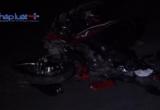 Đi xe máy vượt đèn đỏ, 2 thanh niên bị xe container kéo lê 10 mét trên đường