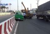 Bình Dương: Taxi leo lên dải phân cách, tài xế đạp cửa kêu cứu