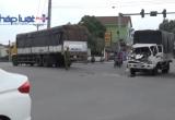 Bình Dương: Hai xe tải húc nhau, tài xế kêu cứu trong cabin