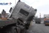 Đồng Nai: Bị cuộn tôn nặng chục tấn đè, cabin xe đầu kéo suýt gãy rời