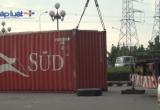 Xe đầu kéo đang chạy bất ngờ rơi thùng container, nhiều người may mắn thoát nạn