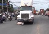 Container kéo lê xe máy trên đường, hai bố con thương vong
