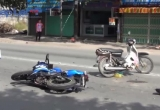 Hai xe máy va chạm, 2 người nguy kịch