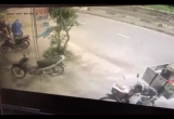 Clip: Xe máy sang đường, bị ô tô tông bay hàng chục mét