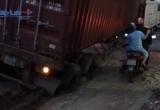 Bình Dương: Xe container bất ngờ sụt ống cống, giao thông qua khu vực hỗn loạn