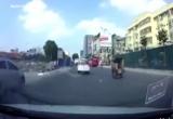 Clip: Ôtô phóng nhanh, mất lái làm xiếc trên đường