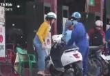 [Clip]: Cười nghiêng ngả với nhân viên 'nhiệt tình' tìm chỗ đổ xăng cho... xe điện