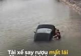 Hãi hùng với Clip ô tô lao xuống sông, người dân nhảy xuống đập vỡ kính cứu tài xế