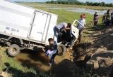 Hà Tĩnh: Xe tải mất lái lao xuống ruộng, 2 người bị thương nặng
