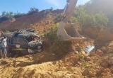 Hà Tĩnh: Đang khai thác, mỏ đất đổ sập vùi lấp hai xe tải
