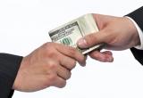 Nhân viên Hải quan Nội Bài nhận tiền USD của khách để 'cho qua' 3 chiếc Iphone