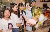 Lý Nhã Kỳ được fans vây quanh ở sân bay khi trở về từ LHP Cannes