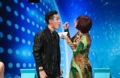 Ý Lan đút cho Nguyên Khang ăn trên sân khấu