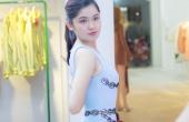 Á hậu Thuỳ Dung tự tin khoe mặt mộc thử trang phục đi châu Âu