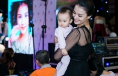 Siêu mẫu Hồng Quế vừa chỉ đạo sàn diễn catwalk vừa bồng con tại Tuần lễ thời trang trẻ em Hà Nội 2017