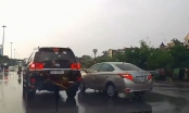 [Clip]: Hai xế hộp chèn ép nhau trên tuyến phố Hà Nội