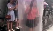 Cô gái chui vào 'bao cao su' khổng lồ để tránh mưa