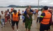 Giúp dân chạy lũ và những khoảnh khắc đi vào lòng người của chiến sĩ công an tỉnh Thanh Hóa