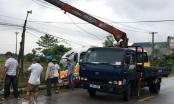 Thanh Hóa: Clip xe buýt ủi gãy cột điện, một người nhập viện