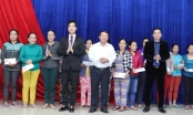 Danh ca Ngọc Sơn trao hơn 300 triệu cho đồng bào vùng bão lũ Quảng Nam