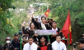 Tân Hoa hậu Hoàn vũ H'Hen Niê được dân làng đón bằng... xe công nông