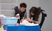 Trấn Thành, Trường Giang, Hứa Vĩ Văn các ông bố quốc dân vật vã tắm cho em bé