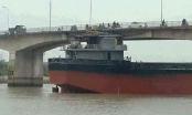 Bơm ngập nước vào tàu 3.000 tấn để cứu cầu