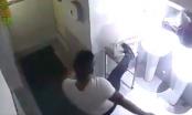 Clip: Soái ca áo phông trắng trộm tiền từ thiện trong nhà vệ sinh