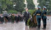 Mưa trắng trời, Putin đầu trần viếng mộ liệt sĩ vô danh