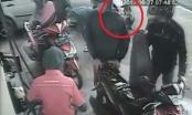 [Clip]: Bé gái bị ô tô chèn qua người trong lúc ngồi chờ bố tại cây xăng
