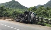 Lâm Đồng: Xe container lật ngược trên đèo Bảo Lộc, tài xế bị thương nặng