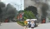 Xe khách bốc cháy dữ dội ở Nghệ An