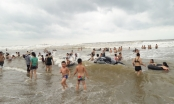 Bão sắp đổ bộ vào bờ, người dân vẫn còn hồn nhiên tắm biển!