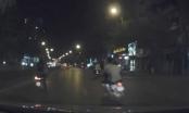 Clip hai thanh niên phóng xe tạt đầu ô tô gây tai nạn tại Hà Nội