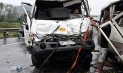 Nghệ An: Lao sang phần đường ngược chiều, xe khách bị tông nát, nhiều người nhập viện
