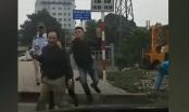 Sau va chạm giao thông, nhân viên xe buýt lao vào đấm, cầm gạch đuổi đánh người