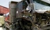 Nghệ An: Tai nạn đường sắt nghiêm trọng, tàu hỏa tông nát xe ben chở đá