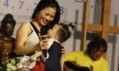 Rơi nước mắt với hình ảnh ca sĩ nhạc Trịnh vừa địu con vừa hát