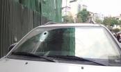 Hà Nội: Thanh sắt 3 mét rơi từ công trình xuyên thủng kính xe ôtô