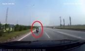 Clip xe máy đi ngược chiều lao thẳng vào đầu ôtô trên đường cao tốc