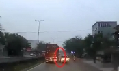 [Clip]: Vượt xe container bất thành, xe bán tải mất lái tông thẳng vào gốc cây