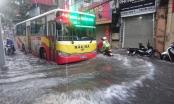 Hà Nội đang mưa như trút nước, nhiều tuyến phố ngập nặng