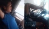 Cộng đồng mạng phẫn nộ với clip tài xế lái xe bằng chân
