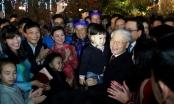 Ấm áp hình ảnh Tổng Bí thư bế trẻ thơ, chúc Tết người già bên Hồ Gươm