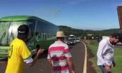 Xe của ĐT Brazil bị ném trứng thối, gạch đá sau thất bại tại World Cup