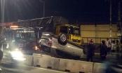TP HCM: Ôtô phơi bụng sau va chạm với xe tải